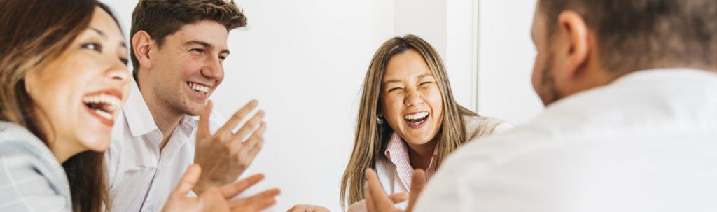 Grupo de pessoas conversando e rindo